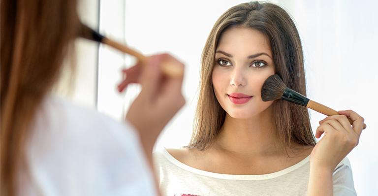 Escolher o blush perfeito fará milagres por sua pele | <i>Crédito: Shutterstock