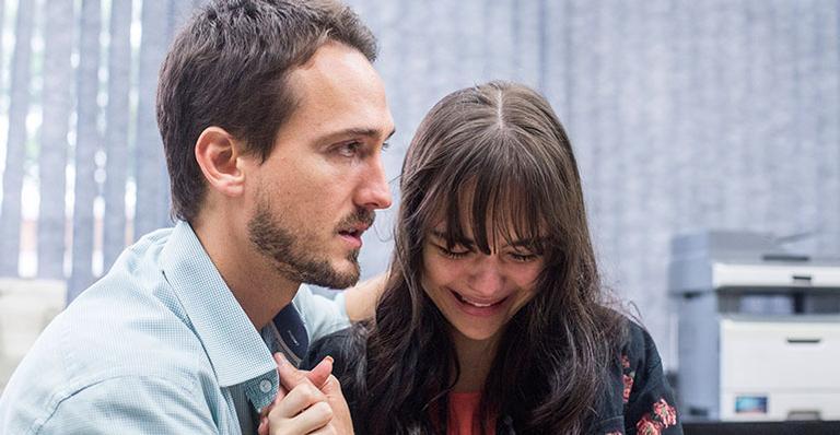 O marido de Laura (Bella Piero), Rafael (Igor Angelkorte), dando apoio à moça