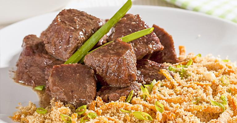 Receita de Carne de panela com farofa de cenoura