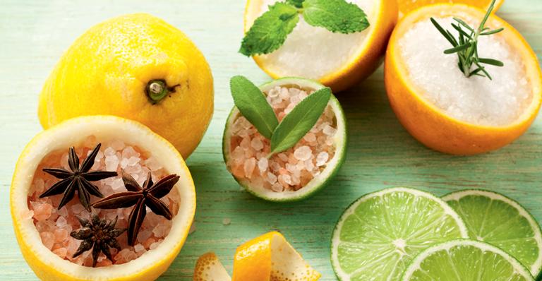 Use limão ou laranja e complete o processo com manjericão, sálvia ou hortelã