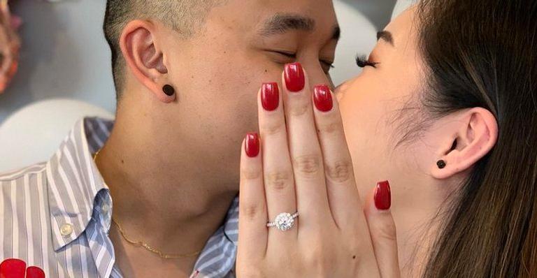 Prima oferece sua mão com unhas feitas para as fotos de noivado da parente