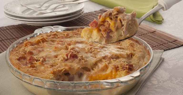 Cada porção tem cerca de 406 calorias e cada preparo rende 8 delas.
