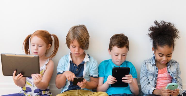 O uso dos aparelhos eletrônicos por crianças e jovens tem se tornado um desafio