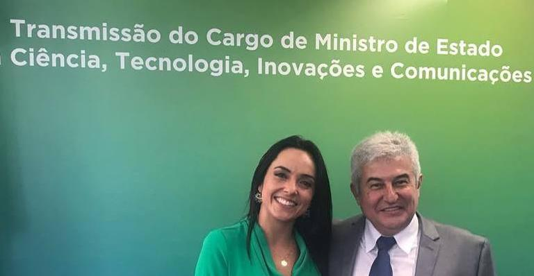 Izabella Camargo posa com Marcos Pontes
