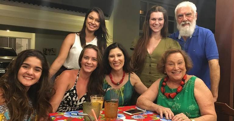 Nicette Bruno ao lado da filha e convidados de sua festa surpresa.