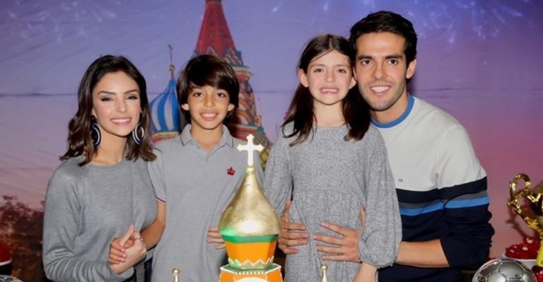 Carol Celico e Kaká com os filhos.