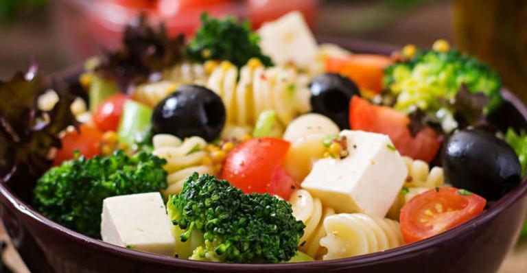Salada de massa com brócolis e queijo