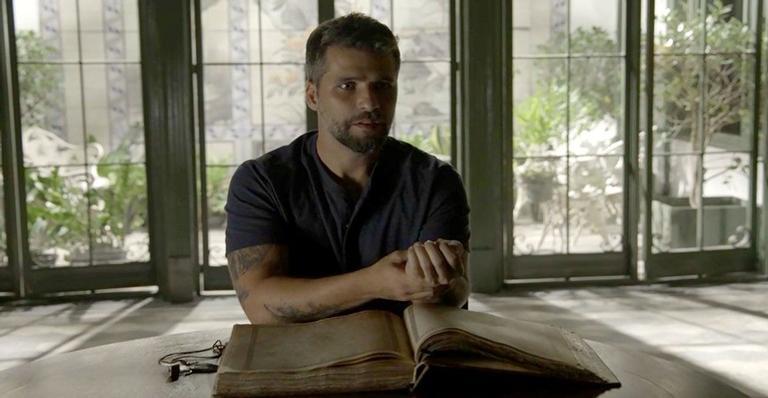 Gabriel (Bruno Gagliasso) fica impactado ao constatar os poderes curativos da fonte mística