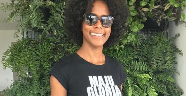 Maju Coutinho homenageou as colegas de profissão negra com o nome delas em uma camiseta