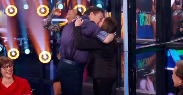 Susana Vieira brinca com amigos famosos e beija Faustão