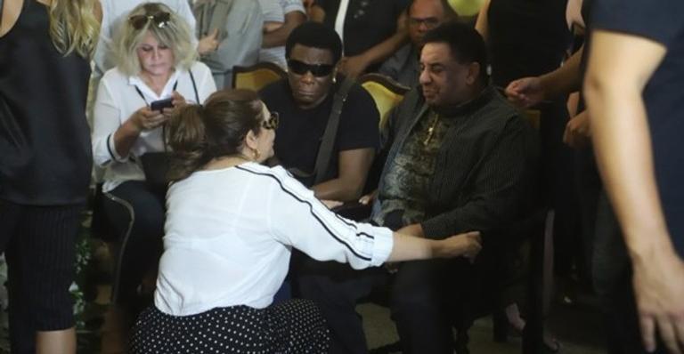 Neguinho da Beija Flor e Agnaldo Timóteo no velório do apresentador Wagner Montes