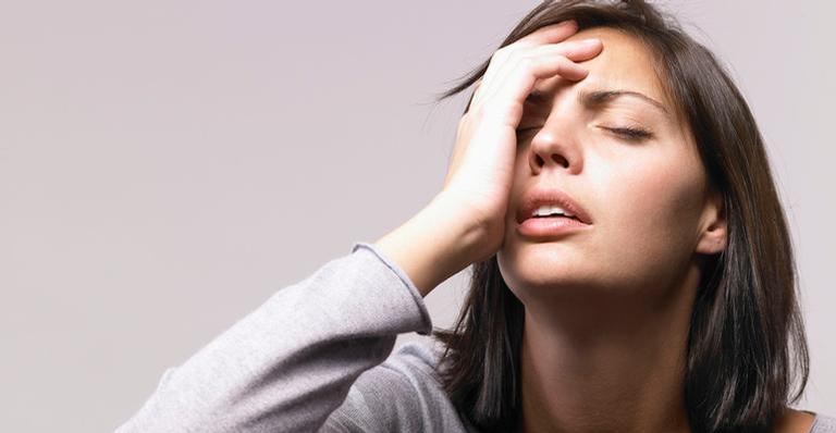 Assim que acordar, lave o rosto com água fria e com um sabonete específico para seu tipo de pele