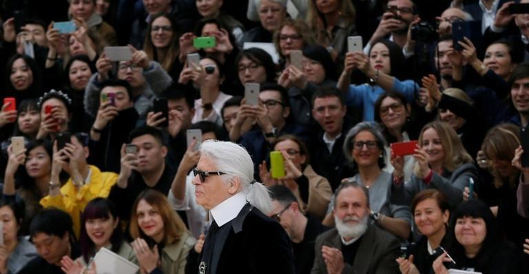 Karl Lagerfeld em apresentação de outono/inverno 2015/1016