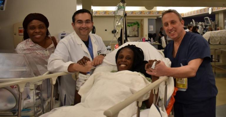 Thelma Chiaka e os profissionais do hospital