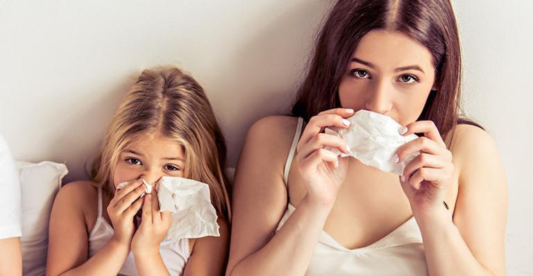 A vacina não causa a doença nas pessoas, pois ela é composta por um vírus inativo
