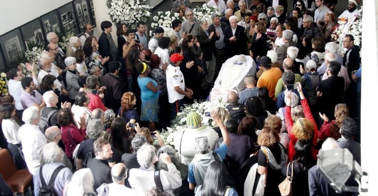 Familiares e amigos se emocionam durante velório de Paulo Henrique Amorim