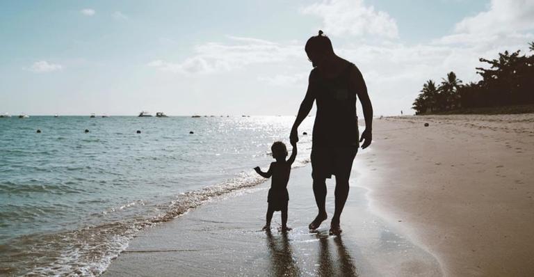 Junior Lima e seu filho Otto na praia
