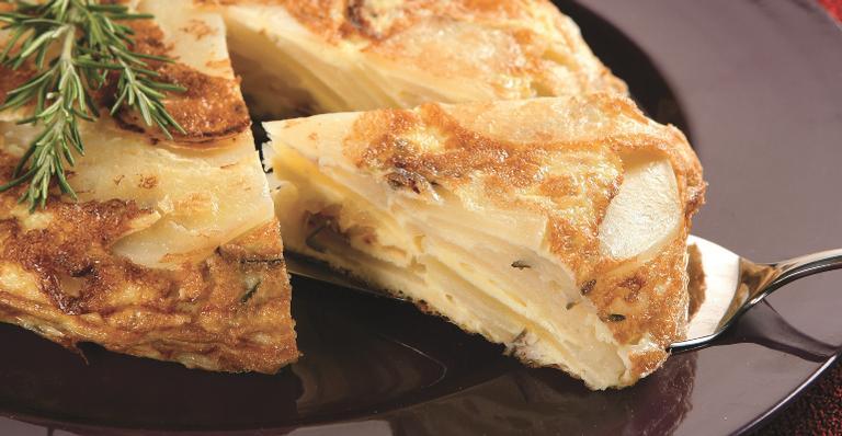 Omelete fácil de batata e alecrim é a pedida certa para o almoço