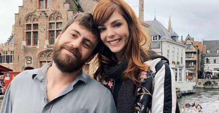 Apresentadora Titi Müller se casou com look despojado e teve a irmã de cerimonialista