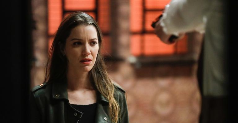 Fabiana (Nathalia Dill) será vítima de uma armação de Téo (Rainer Cadete), Zé Hélio (Bruno Bevan) e Rock (Caio Castro)