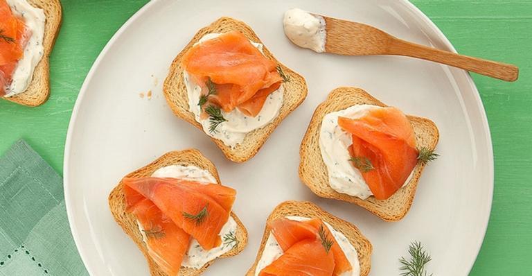 Sugestão de lanche rápido: torrada com salmão defumado e creme azedo com ervas