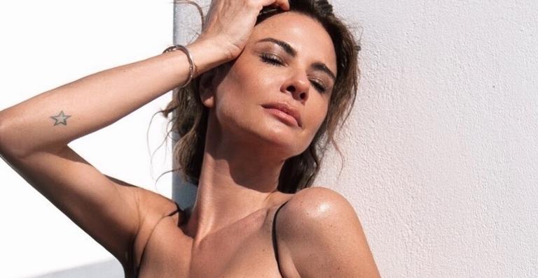 Luciana Gimenez surge de maiô decotado aproveitando férias em praia paradisíaca