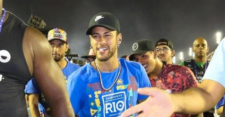 Neymar se diverte com familiares em um dos parques da Disney