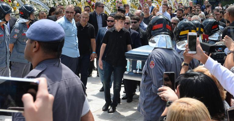 Corpo de Gugu Liberato segue cortejo até cemitério Gethsêmani