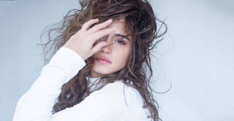 Nanda Cosa posa na web fazendo topless e esquenta o clima