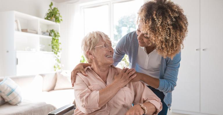 Confira os principais cautelas a serem tomadas ao cuidar de idosos