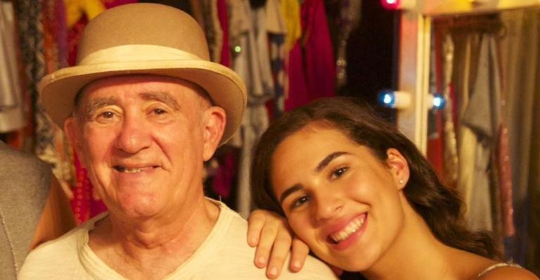 Renato Aragão surge dançando funk ao lado da filha Lívian