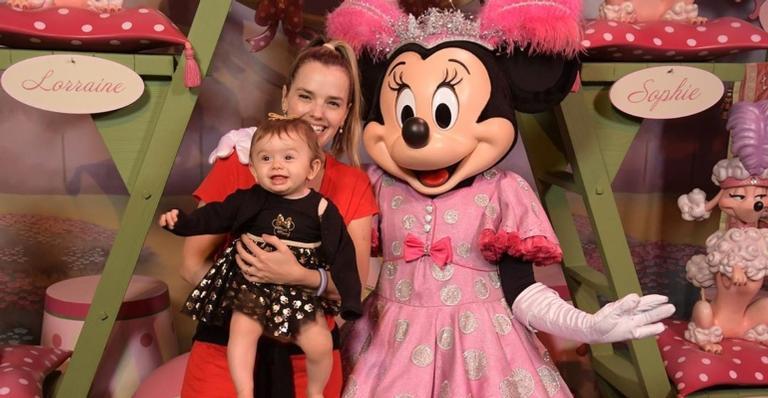 Thaeme Mariôto vai com a família para a Disney e publica fotos no parque do Castelo