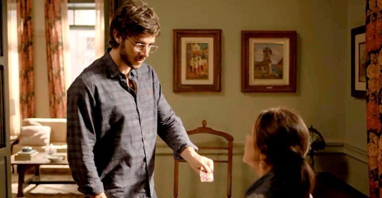 Danilo descobre que Thelma sabotou suas camisinhas