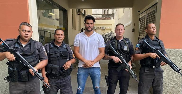 Marcelo Bimbi posou para foto com policiais que o ajudaram