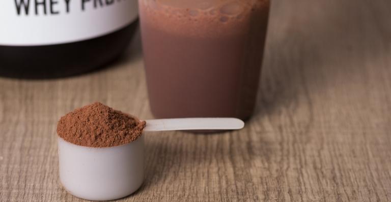 Entenda quais as vantagens de incluir o whey protein de soro na dieta
