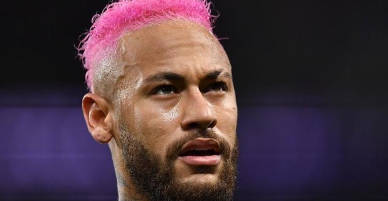 Neymar Jr surge com novo visual em clique no campo de futebol