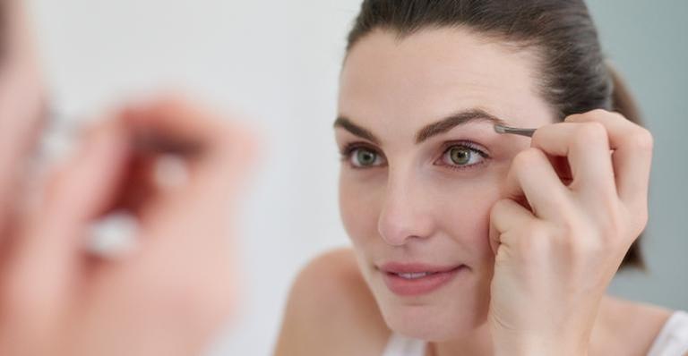 Veja 3 dicas para aproveitar e cuidar das sobrancelhas durante a quarentena