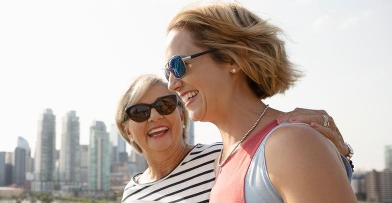 Entenda como dar risada pode acalmar a mente e ajudar a diminuir as rugas