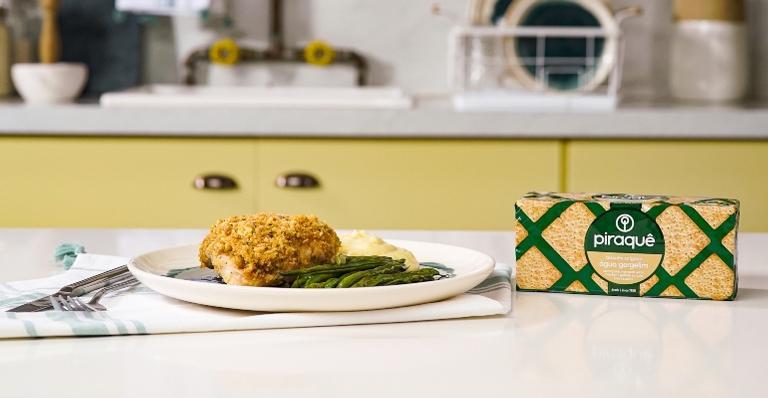 Sobrecoxa de frango com crosta de biscoitos de gergelim; veja o modo de preparo