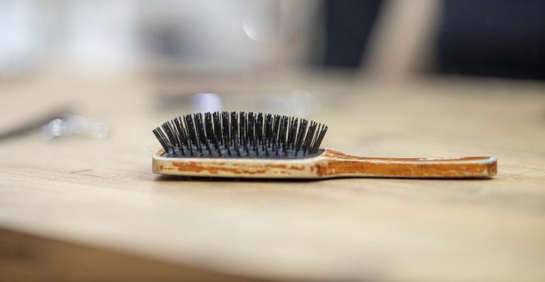 Especialistas pontuam possíveis causas da queda de cabelo e rebatem mitos