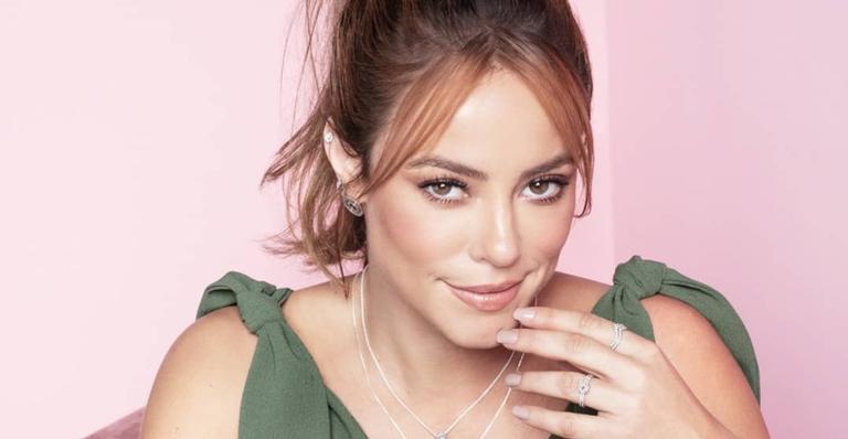 A atriz escolheu usar um laço rosa e compartilhou um clique
