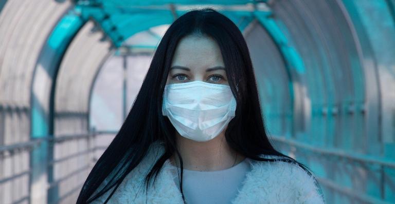Você sabia que é preciso redobrar os cuidados com a pele do rosto ao usar o acessório, fundamental em tempos de COVID-19?