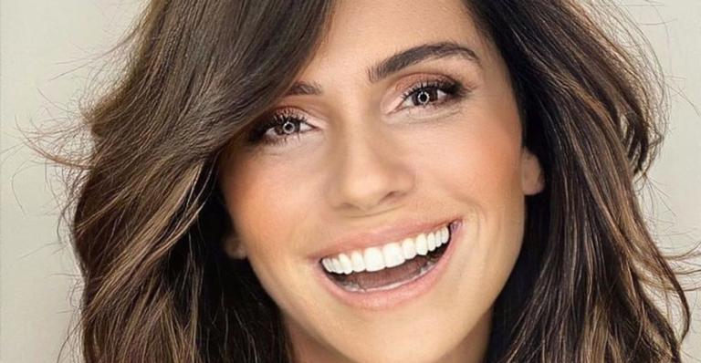 A atriz surgiu no clique usando um moletom colorido