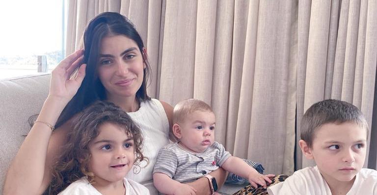 A jornalista registrou a filha no maior chamego com o caçula, Vicente