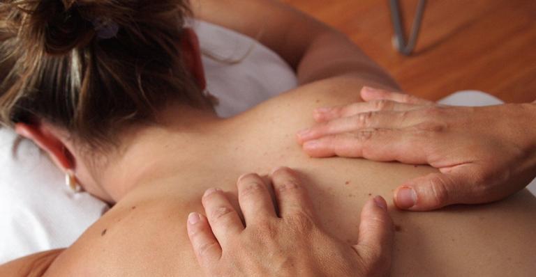 A técnica de terapia manual promete tratar sintomas físicos e emocionais