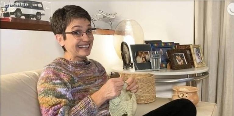 A jornalista tem aproveitando a quarentena para tricotar com a herdeira
