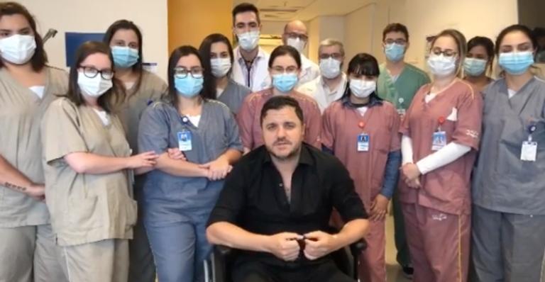 Nas redes sociais, o cantor gravou um vídeo ao lado da equipe médica