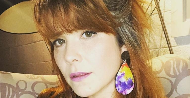 A atriz está sem pintar as madeixas há seis meses