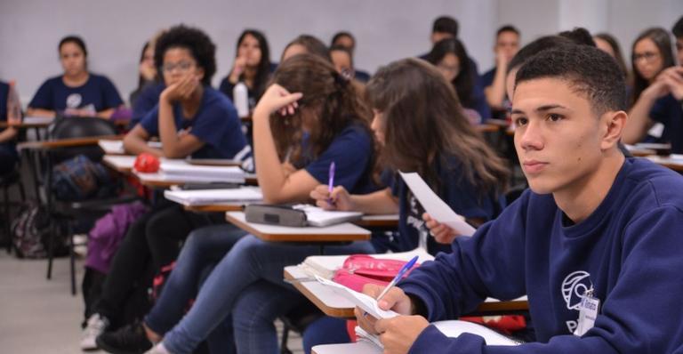 Aulas do ensino médio serão retomadas na quarta-feira