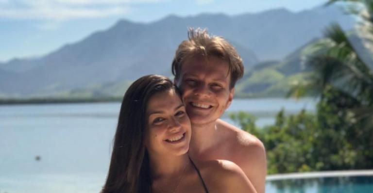 Atriz publicou uma foto com Michel Teló da época em que estava grávida do caçula